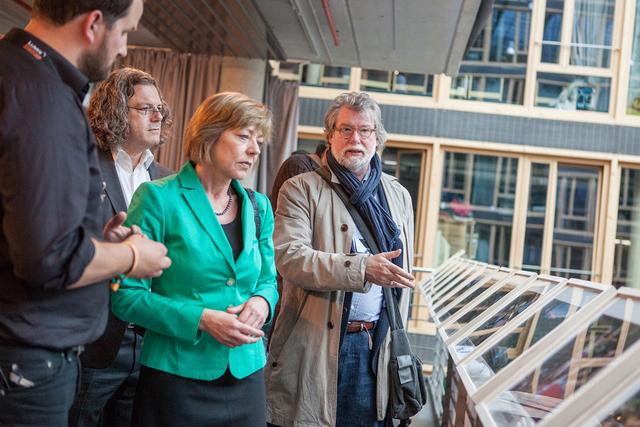 Prof. Rolf Nobel unterhält sich während des 4. LUMIX Festivals 2014 mit Daniela Schadt und Fabian Fiechter über dessen Fotogeschichte »Gold Diver«.