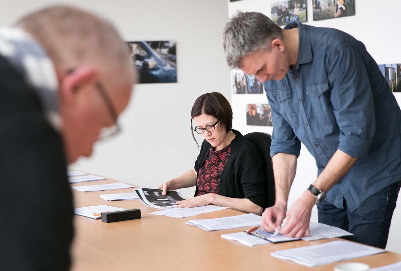 Mit höchster Konzentration widmeten sich die Jurymitglieder den einzelnen Arbeiten.