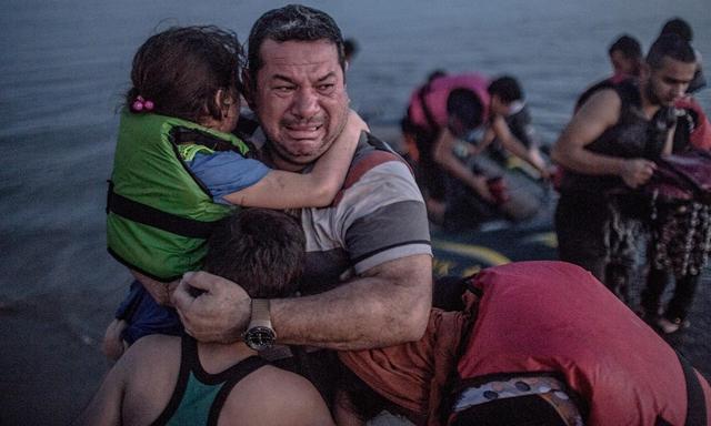 Angst und Sorgen fallen von dem irakischen Vater Laith Majid ab, als er mit seinen Kindern endlich an der rettenden Küste der griechischen Insel Kos angekommen ist, 15. August 2015.
