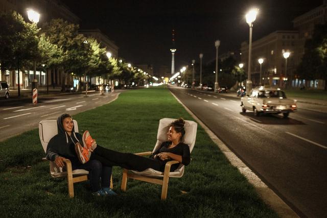 Karl-Marx-Allee, Berlin 2013. Amélie Losier studierte dokumentarische Fotografie bei Arno Fischer in Berlin. Neben der Street Photography gilt ihre Hauptinteresse der Gender-Frage und Menschen in ihren geschlossenen Welten.