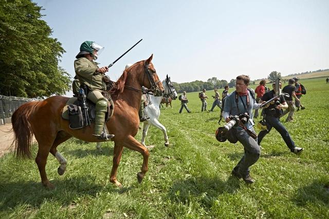 Unterschiedliche Arbeitsaufträge machen das »Miteinander« von Polizei und Journalisten oft schwierig, wie hier am G8-Tagungsort in Heiligendamm, 2007.