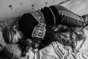 Donata lag während Depressionen mit ihrem Hund Mikutis (mittlerweile verstorben) zusammen im Bett. Hannes Jung fragt nach dem Grund für die hohe Suizidrate in Litauen – und findet Antworten in den Wechselwirkungen von Individuum und Gesellschaft.