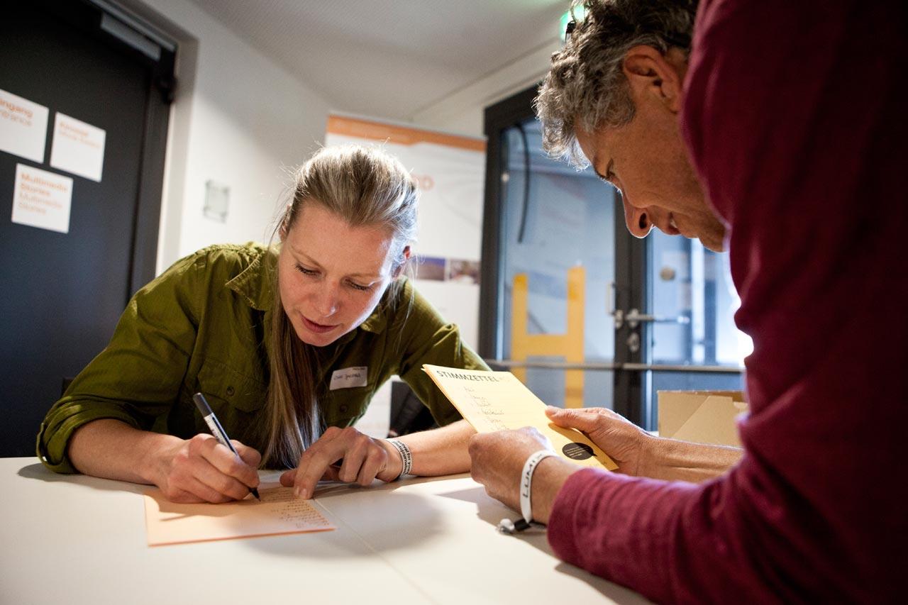 Wahlkommision zur Vorstandswahl: Cindy Jacobs und Gustavo Alàbiso beim Auszählen der Stimmen.