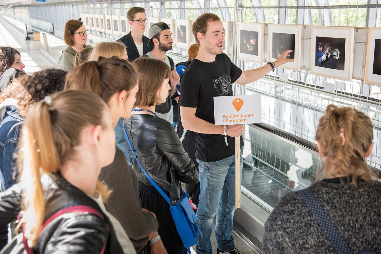 Auch die Führungen für Schulklassen waren wieder begehrt, Konstantin Tönnies erläutert »Underground Pirates« von François X. Klein.