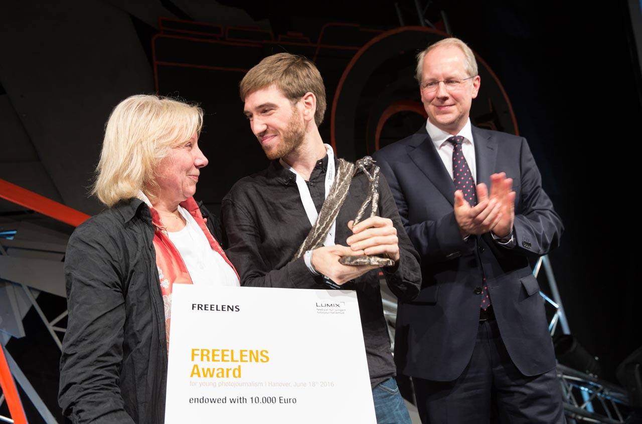 Ruth Eichhorn und Stefan Schostok, Oberbürgermeister der Stadt Hannover überreichen Jonas Wresch den FREELENS Award für seine Fotoreportage »Kolumbiens Weg zum Frieden«.