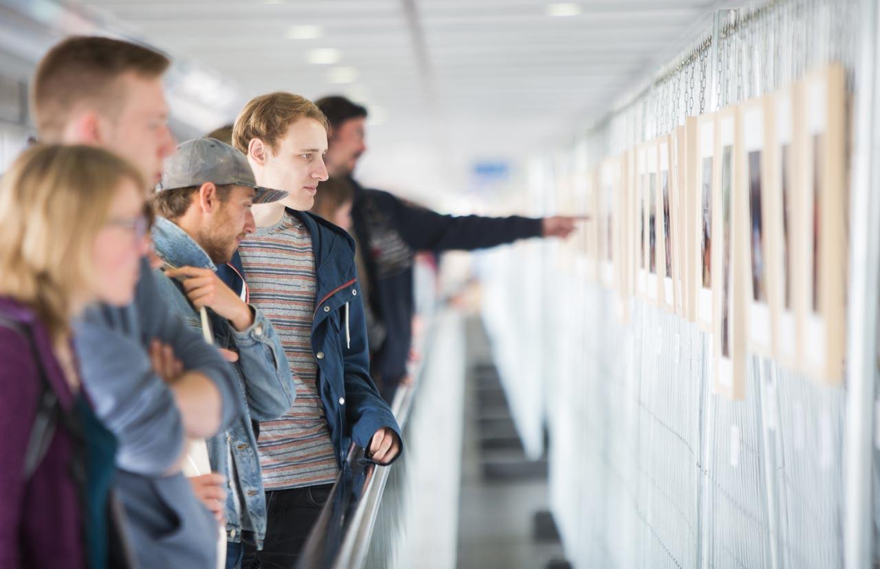 Festivalbesucher beim Betrachten der Ausstellungen im Skywalk.