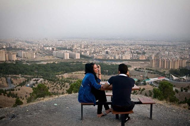 Das junge Paar Samaneh und Shayan im Kuhsar-Park mit Blick über Teheran.