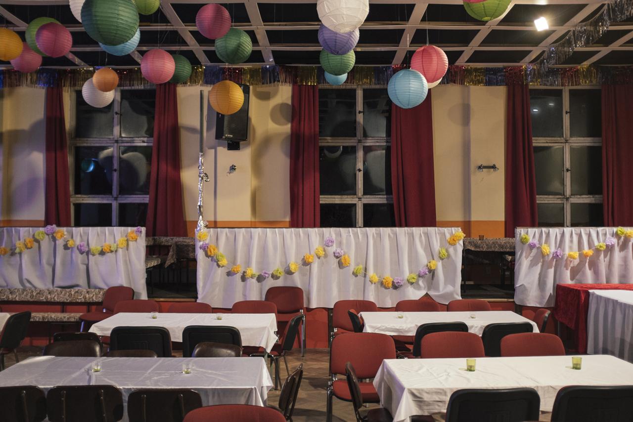Leerer Festsaal im Dorf Weissig nach einer Veranstaltung, Sachsen, 2016. Foto: Thomas Victor