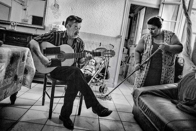 Michel übt zu Hause stundenlang Gitarre, spielt aber nie in der Öffentlichkeit.