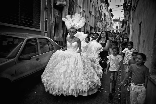Braut auf dem Weg zur Hochzeitsfeier.