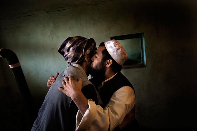 Verabschiedung zwischen einem Gefangenen (rechts) und einem Besucher in einer Zelle des Kabuler Zentralgefängnisses, 2010.