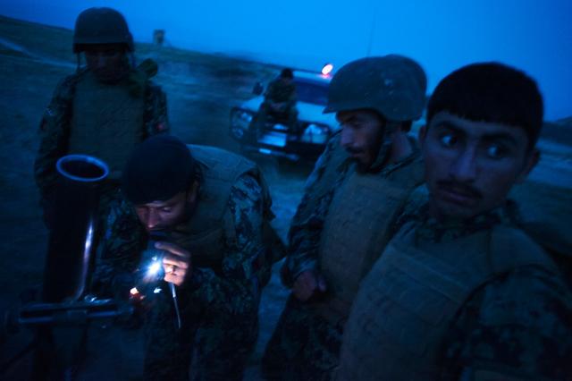 Soldaten der Afghanischen National Armee (ANA) des Kandak in Hazrat e-Sultan bei einer Übung, bei der Leuchtspurgeschosse mit einem Mörser geschossen werden, 2012.