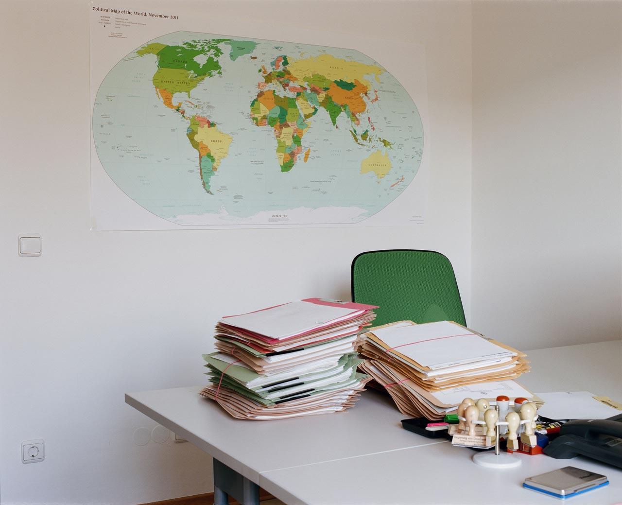 Schreibtisch eines BAMF-Mitarbeiters in der Rückführungseinrichtung Bamberg, 2016.