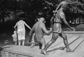 »Bronze Sculpture«, Tierpark Berlin 1984. Aus der Serie »Bronze By Gold«, Kapitel Joyce.