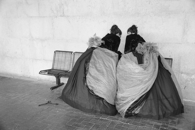 »Due donne alla stazione di Santa Luzia«, Venedig 2013. Aus der Serie »Bronze By Gold«, Kapitel Casanova.
