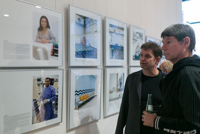 Viele der ausstellenden Fotografen kamen aus ganz Deutschland zur Vernissage angereist – hier Guido Schiefer (l.), der Menschen portraitierte, die schon seit vielen Jahren in Deutschland »angekommen« sind.