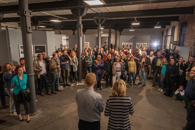 Die Regionalgruppenleiter Christian Ahrens und Eva-Maria Burchard führen in die Ausstellung ein.