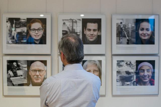 Fred Dott porträtierte ehrenamtliche Helfer und ihre Tätigkeit in der Kleiderkammer in den Hamburger Messehallen.