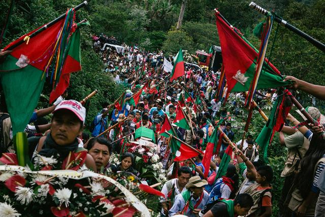 Bei der Beerdigung von Daniel Coicue bildet die »Guardia Indígena« ein Ehrenspalier. Dabei halten sie ihre Bastónes in die Luft, die den unbewaffneten Widerstand symbolisieren.