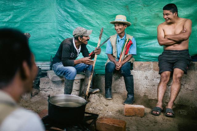Drei der Anführer der »Guardia Indígena« sitzen am Feuer und bereiten ihr Mittagessen zu. Manuel Tumiña (rechts) wurde wenige Monate später von der Guerilla erschossen.