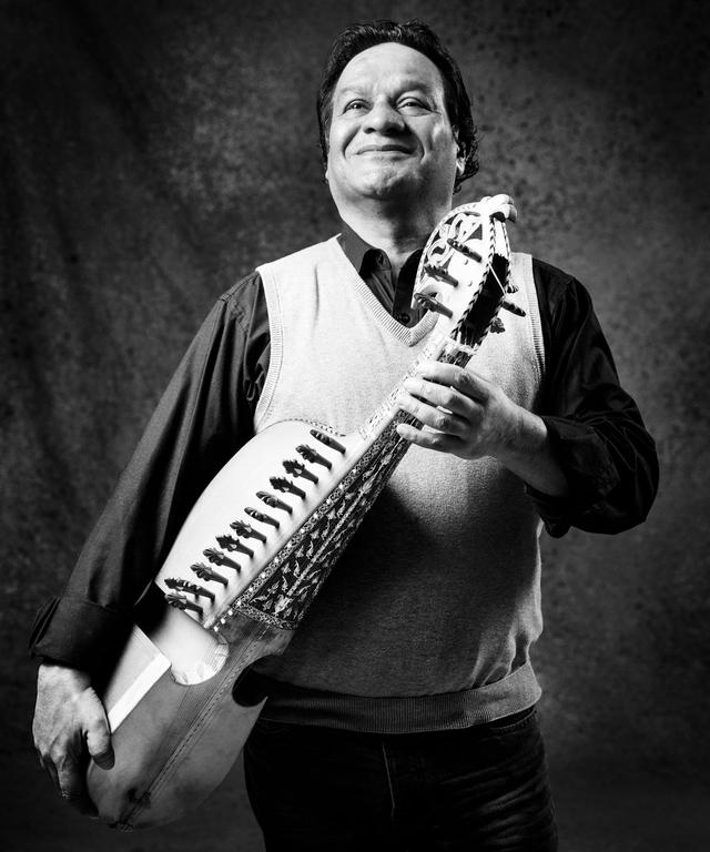 Portrait des Meisters der Rubab, Ustad Ghulam Hussein. Aus der Fotoausstellung in Verbindung mit dem Musikprojekt »BRIDGES – Musik verbindet«.