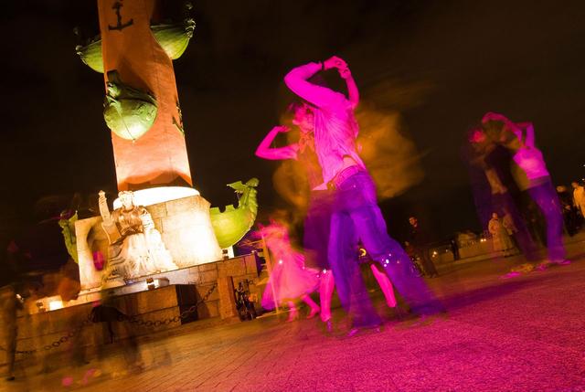 Bild 13: Salsa-Party an den Rostra-Säulen in Sankt Petersburg, Russland.
