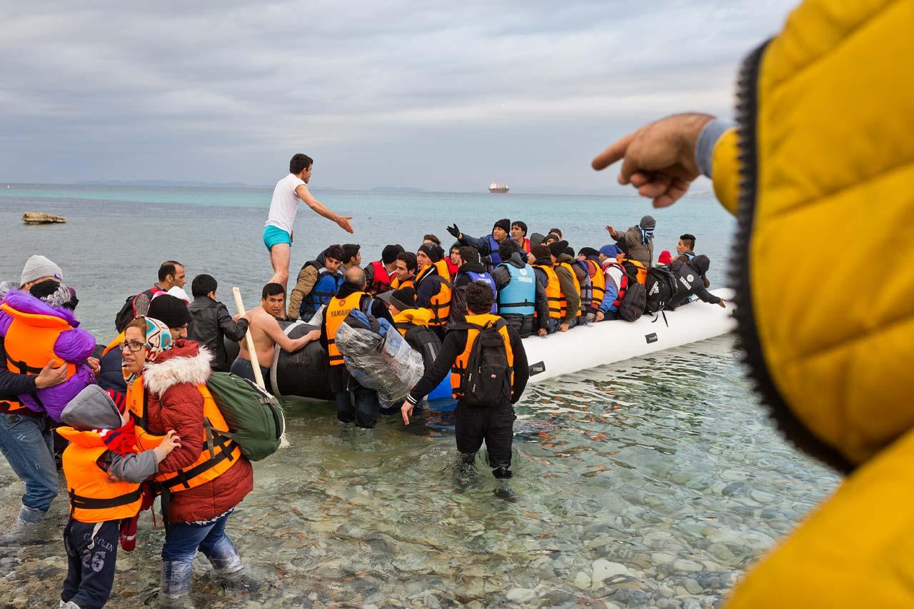 Flüchtende an der türkischen Küste bei Cesme versuchen, einen Platz in einem der überfüllten Schlauchboote zu ergattern, um zur griechischen Insel Chios zu gelangen.