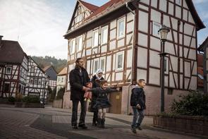 Abdullah (6) floh 2012 mit seiner Familie aus Syrien und lebt jetzt in Wächtersbach. Gordon Welters begleitete den Jungen, der bei seiner Geburt nahezu gehörlos war und jetzt, dank erfolgreicher Operation und neuen Hörgeräten, bis zu 90 Prozent seiner Hörkraft zurückerlangt hat.
