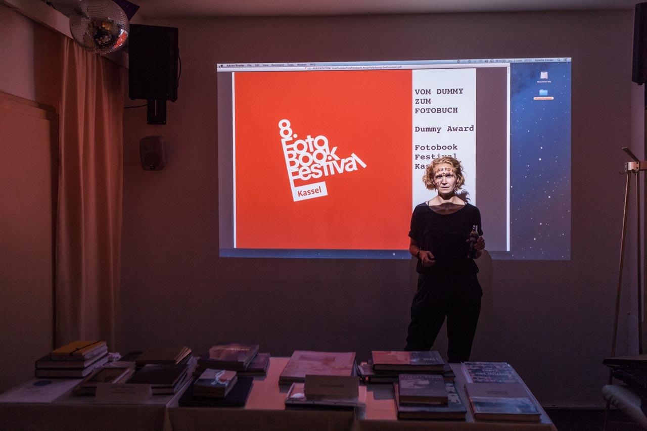 Vortrag von Antje Haferkamp über den Dummy Award beim Foto Book Festival in Kassel. Foto: Amélie Losier