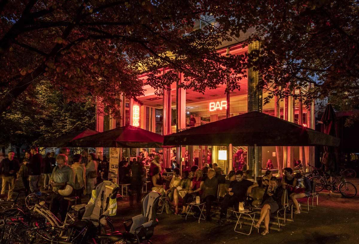 Bis in den späten Abend bot sich bei sommerlichem Wetter und kühlen Getränken die Möglichkeit zum entspannten Austausch. Foto: Cordia Schlegelmilch