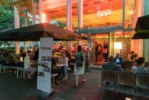 Die Veranstaltung »FREELENS on Books« lockte zahlreiche Fotobuchinteressierte in die Berliner »Bar Babette«.