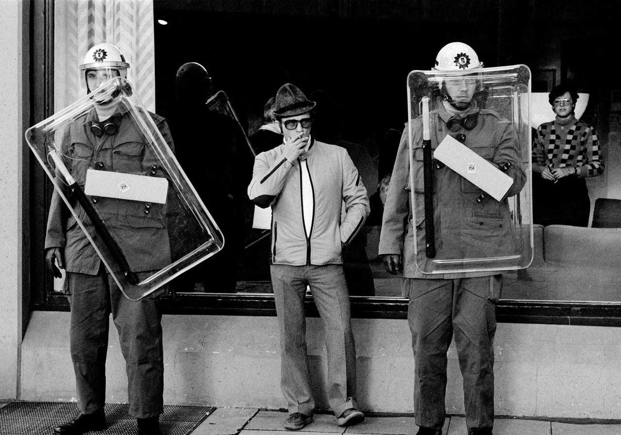 Polizeischutz bei einer Demo, 1982.
