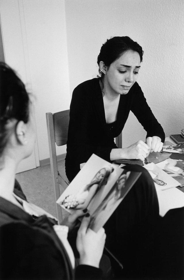 Brigitte Kraemers Bilder zeigen Frauen und Kinder in Situationen und Stimmungen, die uns unter die Haut gehen. Lachend und weinend, nachdenklich und fröhlich, in der Gemeinschaft mit anderen und allein.