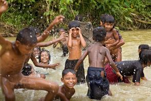 Cap Anamur betreut Geflüchtete und Vertriebene aus Myanmar in den Lagern in der Region Cox's Bazar, Bangladesh. In den nahen Flüssen wird gewaschen und gebadet.