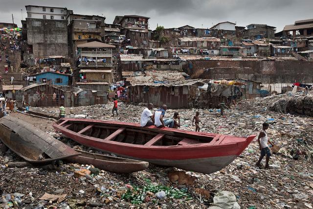 Direkt neben dem Kinderkrankenhaus Ola During in Freetown liegen die Slums, in denen die Fischerfamilien unter menschenunwürdigen Bedingungen leben.