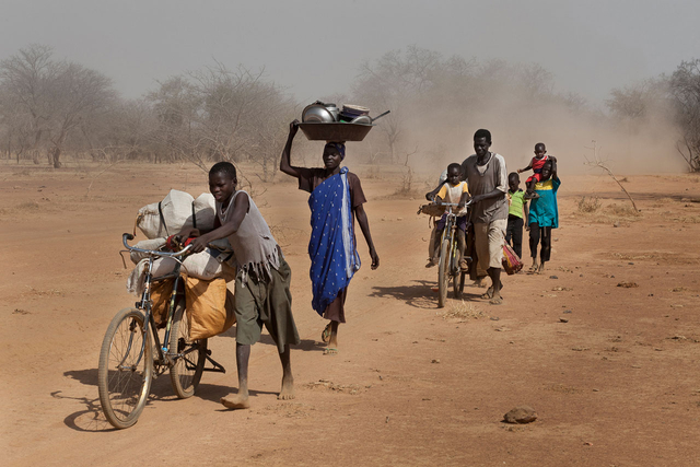 Bei Korarak: Jusuf Kafi Durfan bringt die Familie seiner Schwägerin Hawa Elias mit ihren sechs Kindern in das Flüchtlingslager Yida im Südsudan. Seit Mitte 2011 findet in den Nubabergen ein Krieg statt, vor dem viele Familien nach Kenia fliehen.