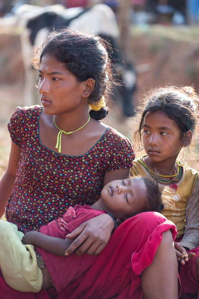 Nothilfe für Erdbebenopfer in Nepal. Wartende bei der Verteilung der Hilfsgüter an Familien im Bergdorf Judeegaun, 60 km entfernt von Bhaktapur. 200 Familien leben in dem Dorf, in dem alle Häuser zerstört wurden.