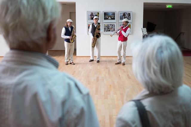 Impressionen der Ausstellung »Angekommen!?« des FREELENS Gemeinschaftsprojekts »Bitte warten« in der Landesvertretung Rheinland-Pfalz am Tag der Deutschen Einheit.
