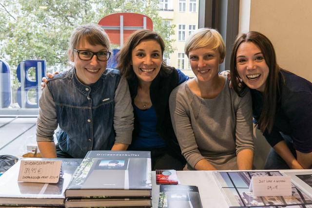 Am Stand der FREELENS Regionalgruppe Berlin: die Fotografinnen Katrin Streicher, Amélie Losier, Verena Brandt und Xiomara Bender.