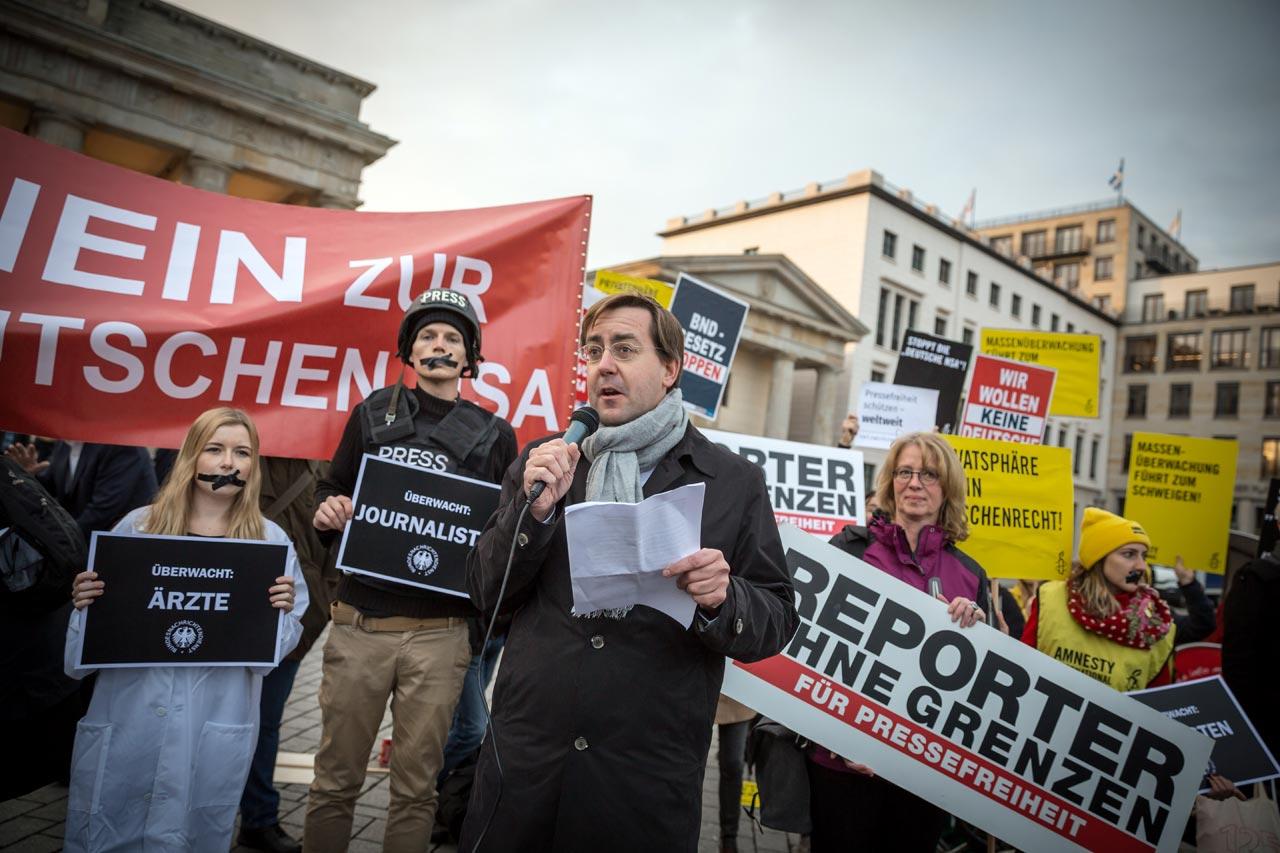 Christian Mihr, Geschäftsführer Reporter ohne Grenzen, erklärte, dass das Durchwinken eines solchen Gesetzes durch die Große Koalition von einer bemerkenswerten Geringschätzung der Grundrechte wie der Pressefreiheit zeuge.