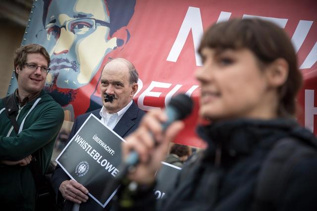Netzaktivistin Katharina Nocun, Initiatorin einer der drei Petitionen gegen das BND-Gesetz bei ihrem Redebeitrag, in der Mitte William Binney, ehemaliger technischer Direktor der NSA und späterer Whistleblower.