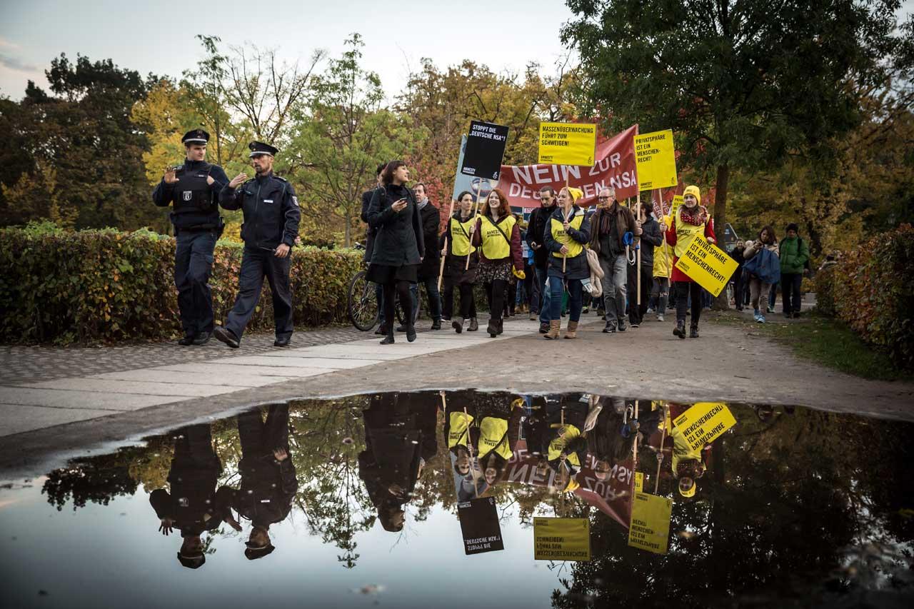 Nach der Kundgebung vor dem Brandenburger Tor zogen Teilnehmer der Versammlung zum Reichstag, um die gesammelten Unterschriften zu übergeben.