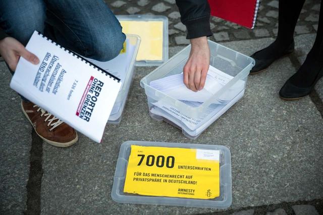 Insgesamt 20.000 Unterschriften gegen das BND-Gesetz wurden an den Bundestag übergeben.