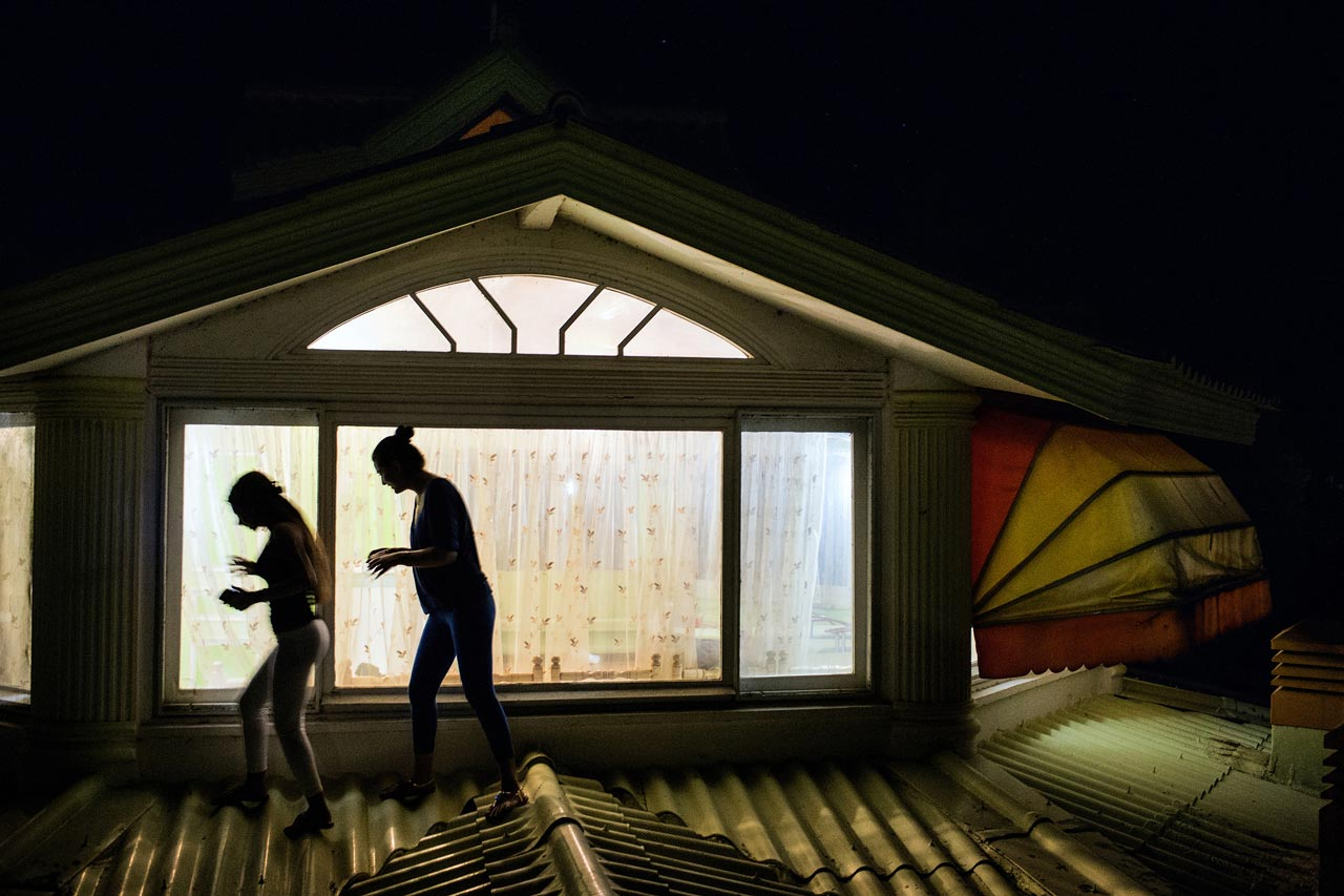 Zwei junge Mädchen laufen nach einer heimlichen Party über das Dach einer Villa in Royan.