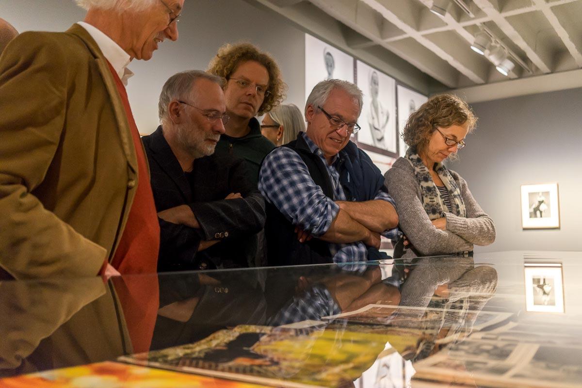 Ergänzend zu den ausgestellten Fotografien veranschaulichen auch zahlreiche Magazine den einzigartigen Stil des Fotografen. Foto: Rainer F. Steußloff