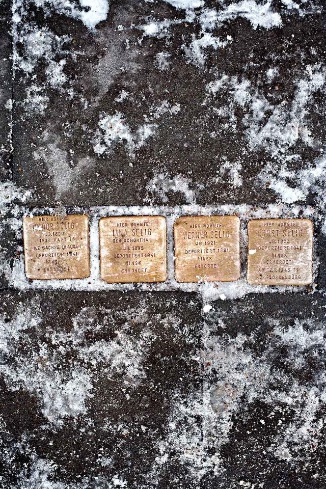 Verschneite Stolpersteine im Hamburger Grindelviertel.