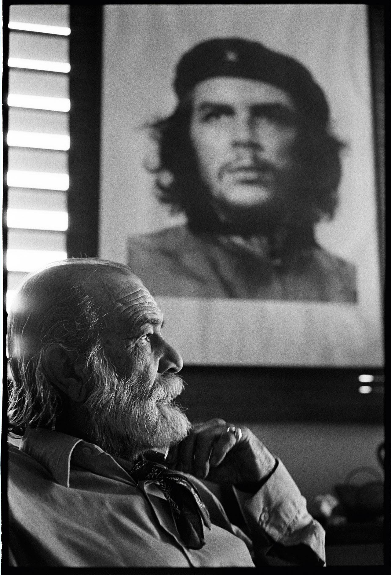 Fotograf Alberto Díaz Gutiérrez, genannt Korda, vor seinem berühmtesten Porträt Che Guevaras. Hinz machte an diesem Tag 3 Bilder von Korda – und durfte ihn daraufhin fotografisch begleiten. Havanna, Kuba, 1998.