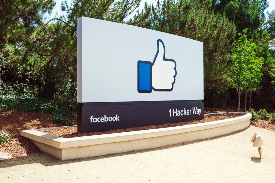Vor dem Facebook Headquarter in Menlo Park, Kalifornien.