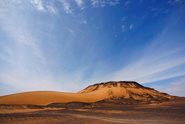 Die Schwarze Wüste ist Teil der Westlichen Wüste in Ägypten. Eigentümliche Gesteinsformationen sind typisch für die Landschaft.