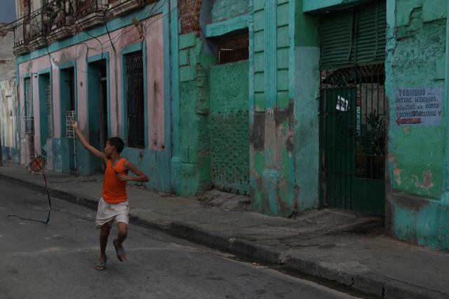 Junge mit Drachen in Santiago de Cuba.